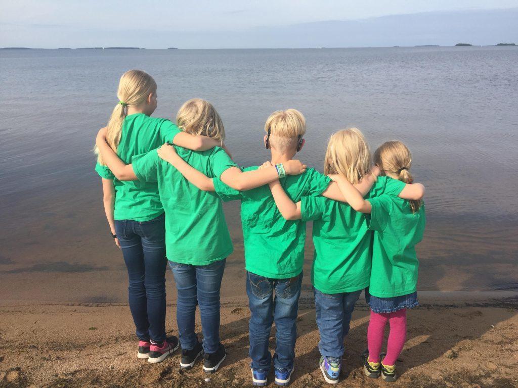 lapset katsovat merta