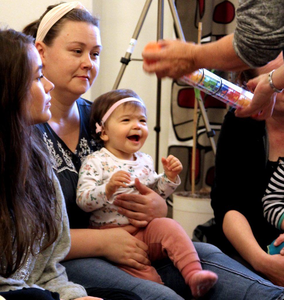 Pieni CIsumusalainen äidin sylissä nauraa