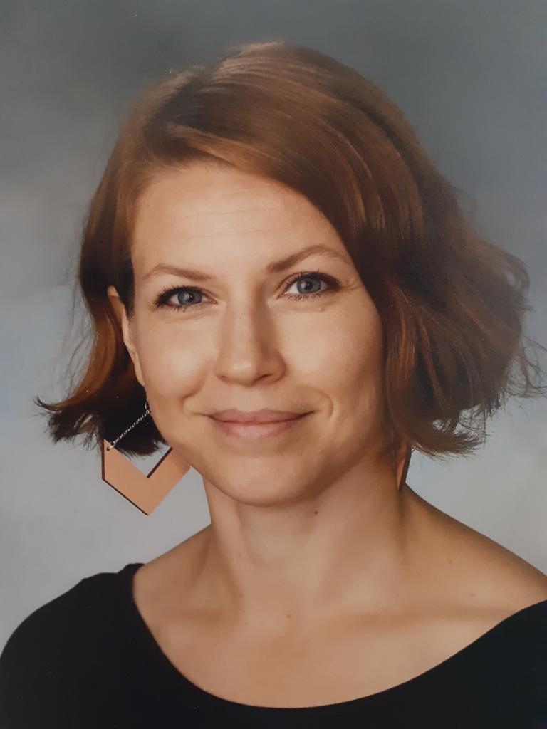 Kuvassa opettaja Salla Tuovinen, joka jakaa ajatuksia vertaistuesta