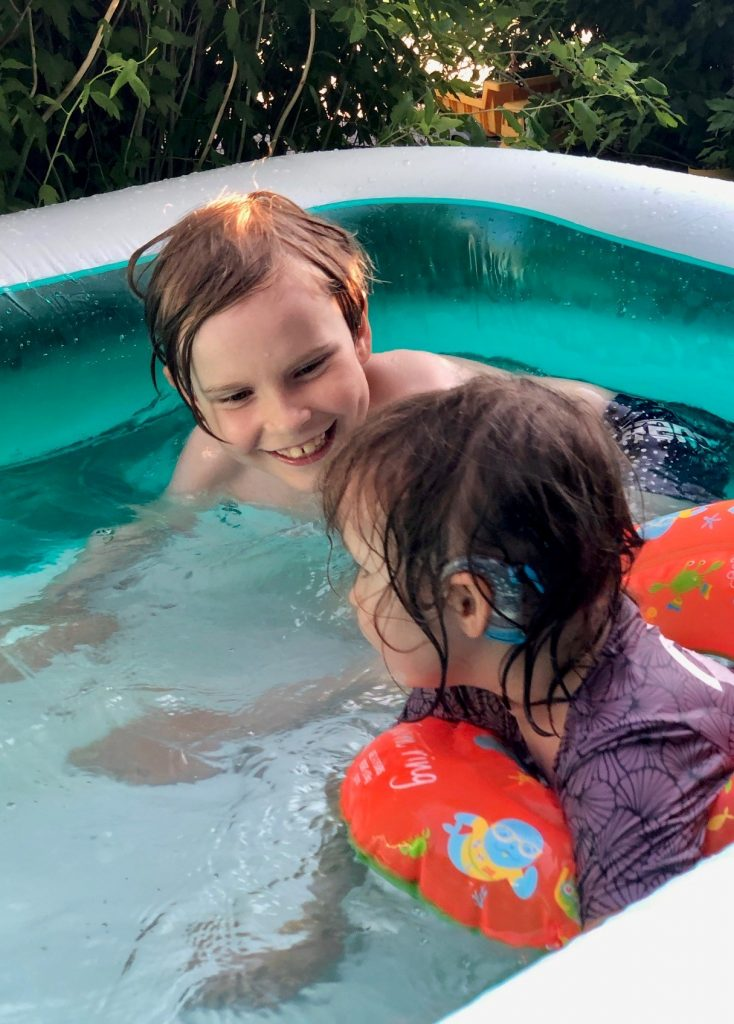 Vesisuojat korvissa voi uidessa jutella sisaruksen kanssa!