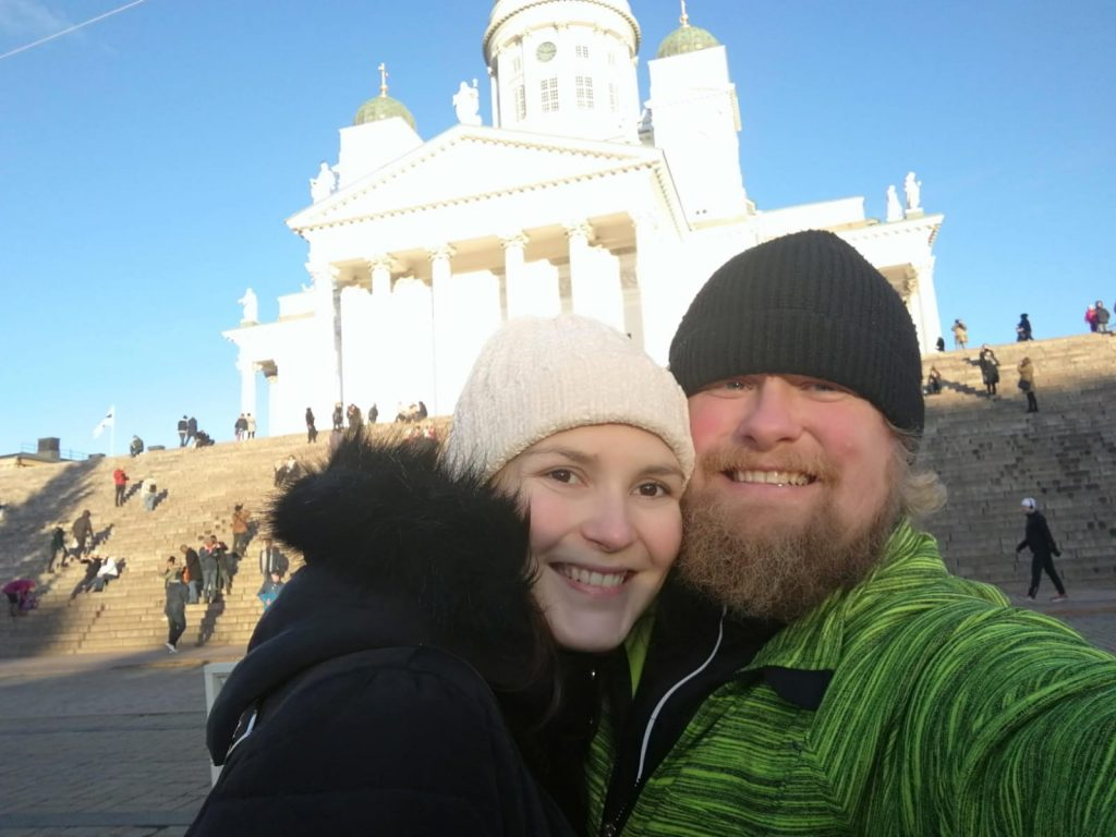 SI-lapsen vanhemmat Janne ja Christina Hukkavaara poseeraavat Helsingin tuomiokirkon edessä