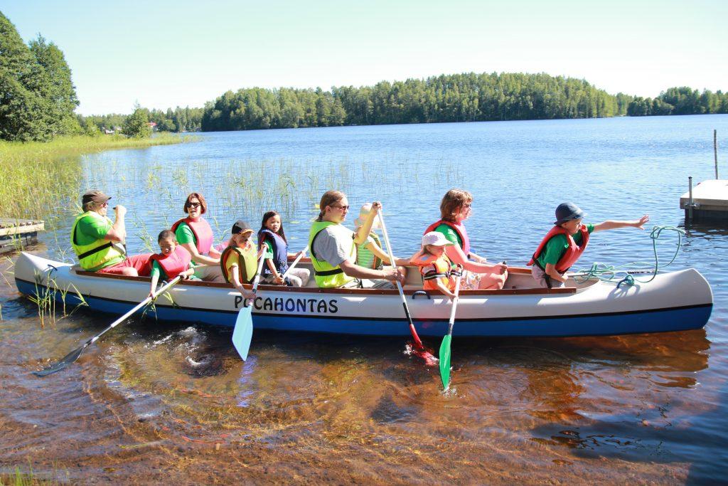 LapCI ry:läisiä kanootissa  / #onneksionjoku järjestöjen tukena