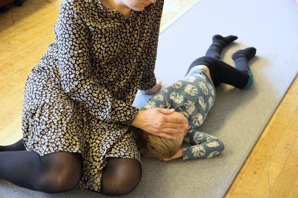 Äiti silittämässä lapsen päätä CIsumusassa