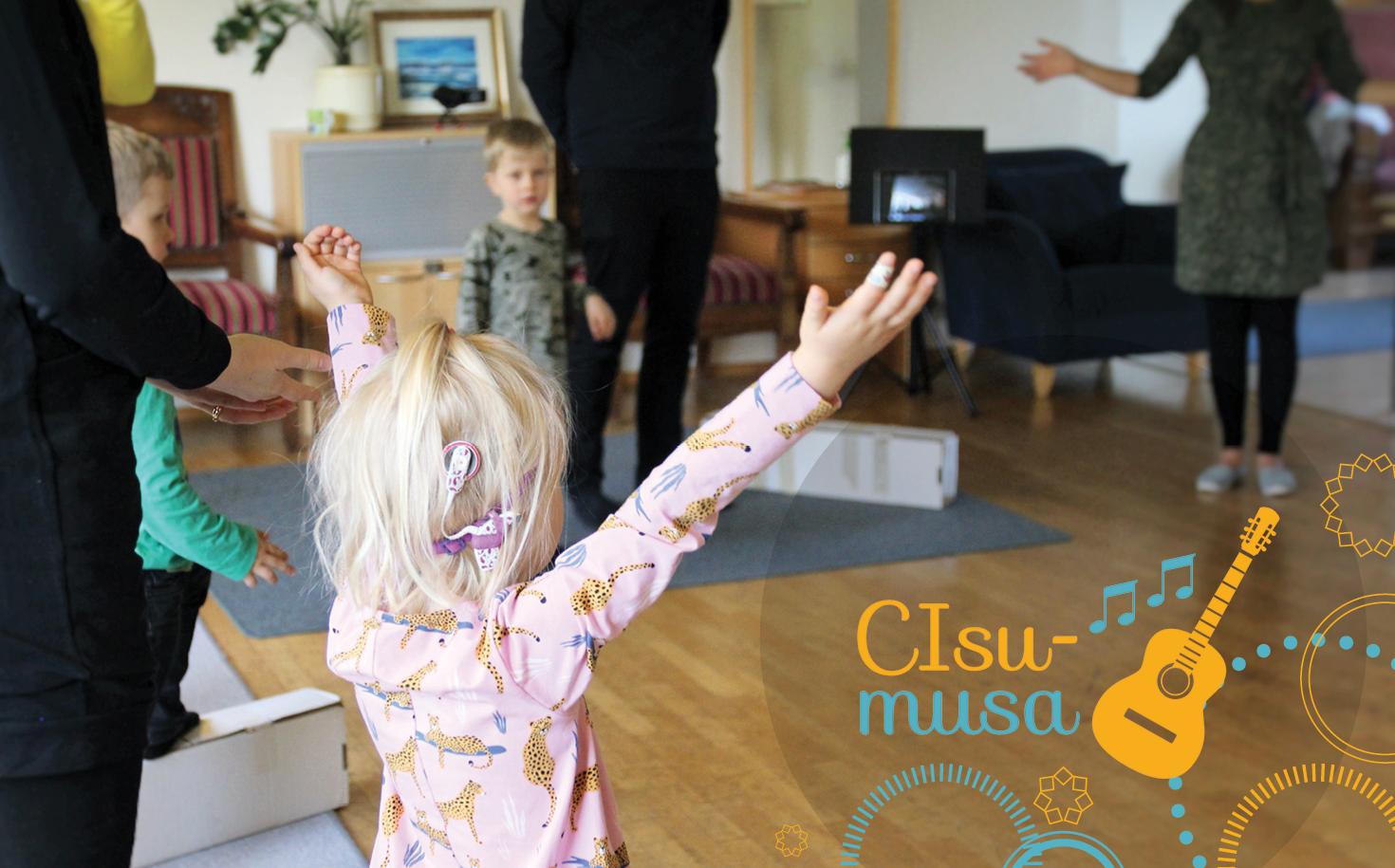Kuvassa SI-lapsi etualalla kädet ylös nostettuina. Kulmassa CIsumusan logo