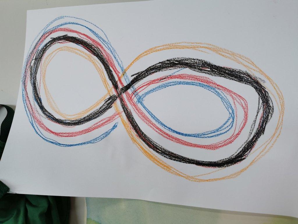 Kuvassa paperi, johon on piirretty monta kahdeksikkoa