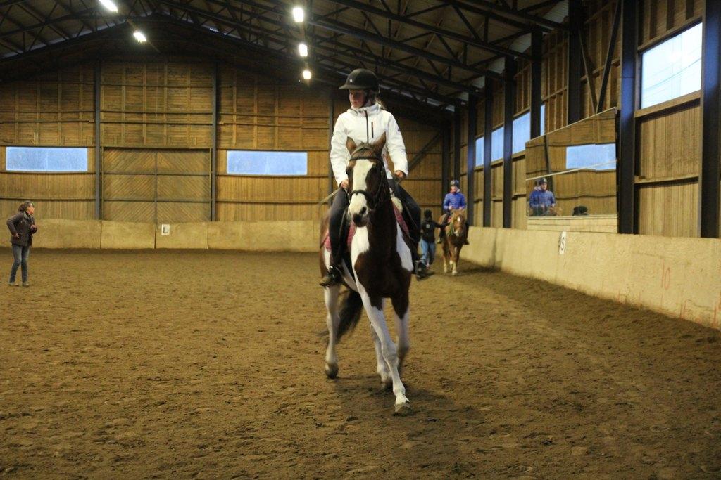 Kuvassa nuorten viikonlopun osallistuja Elsa hevosen selässä