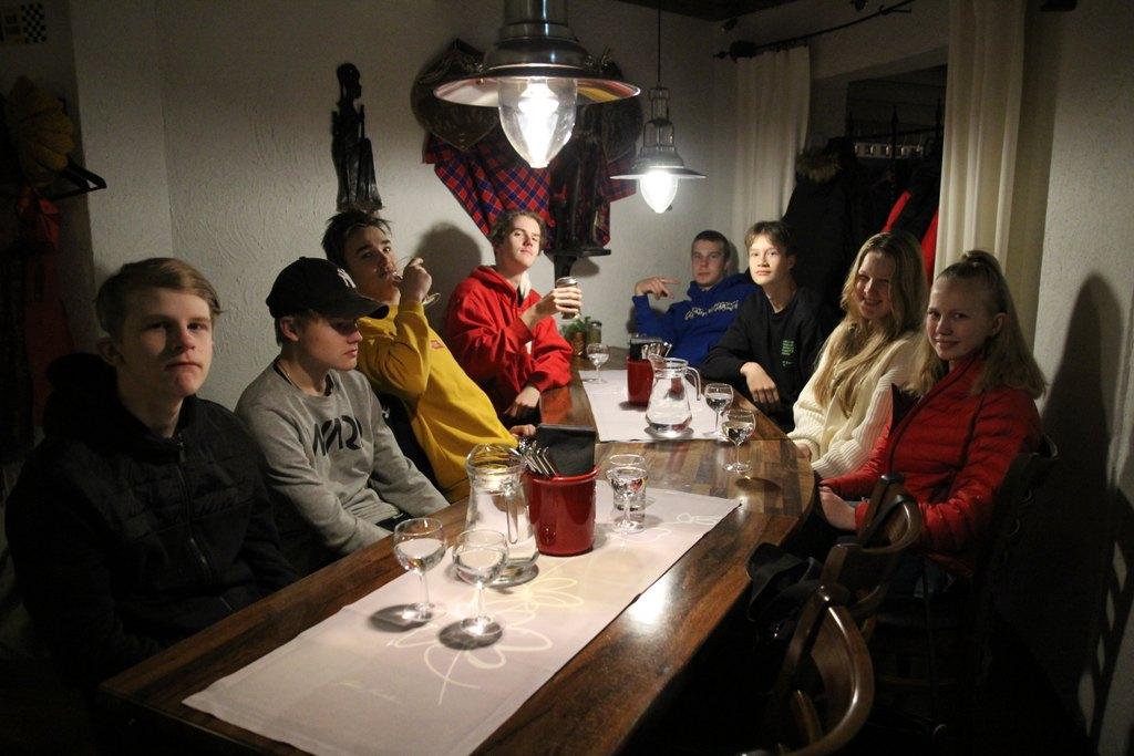 Kuvassa nuoria ravintolassa pöydän ympärillä