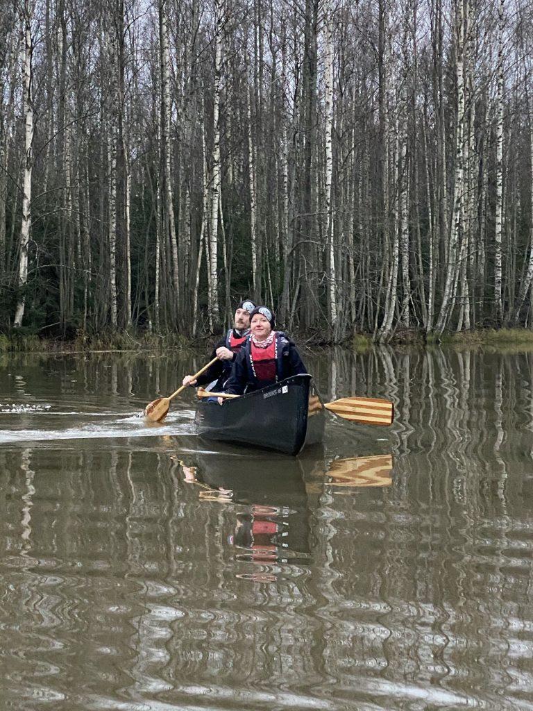 Vanhempien viikonlopun osallistujia melomassa kanootilla