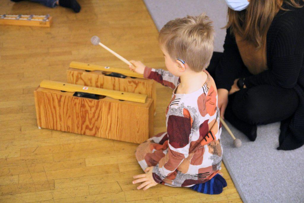 Kuvassa lapsi soittaa palikoilla