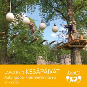 """Kuvassa lapsia korkealla puussa kiipeämässä seikkailuradalla. Alla lukee """"LapCI ry:n Kesäpäivät Aulangolla, Hämeenlinnassa 21.-22.8."""""""