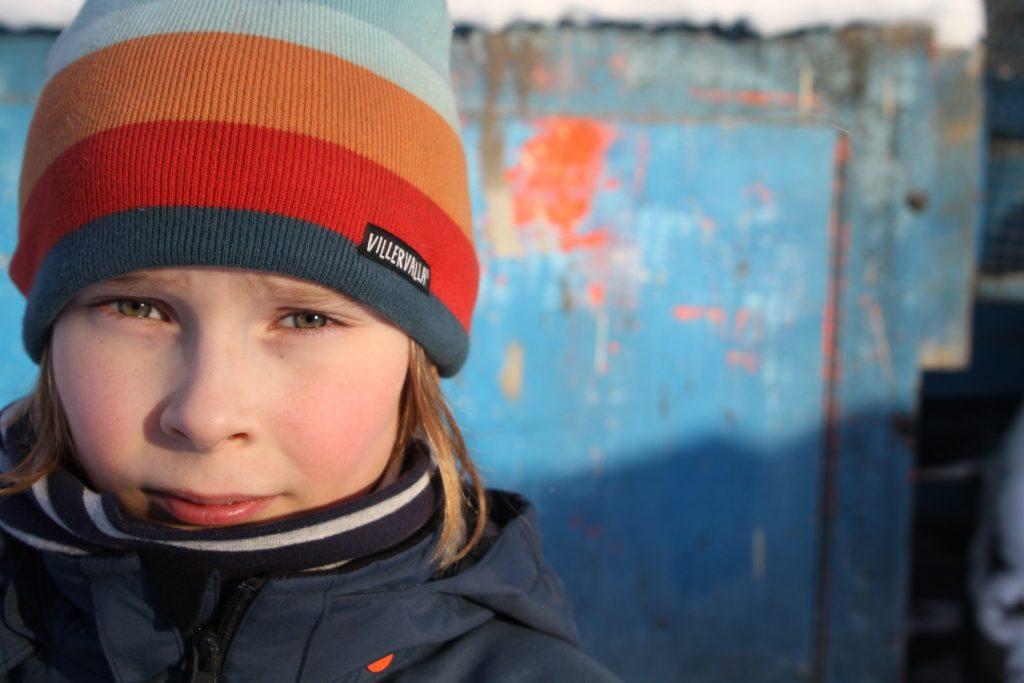 10-vuotias Harri kasvot kameraa kohti, päässään raidallinen värikäs pipo.