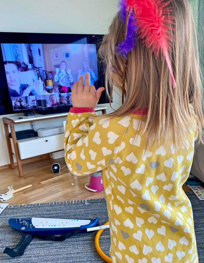 Kuvassa pieni lapsi leikkii läppäriruudun edessä, ruudulla näkyy CIsumusan ohjaajia