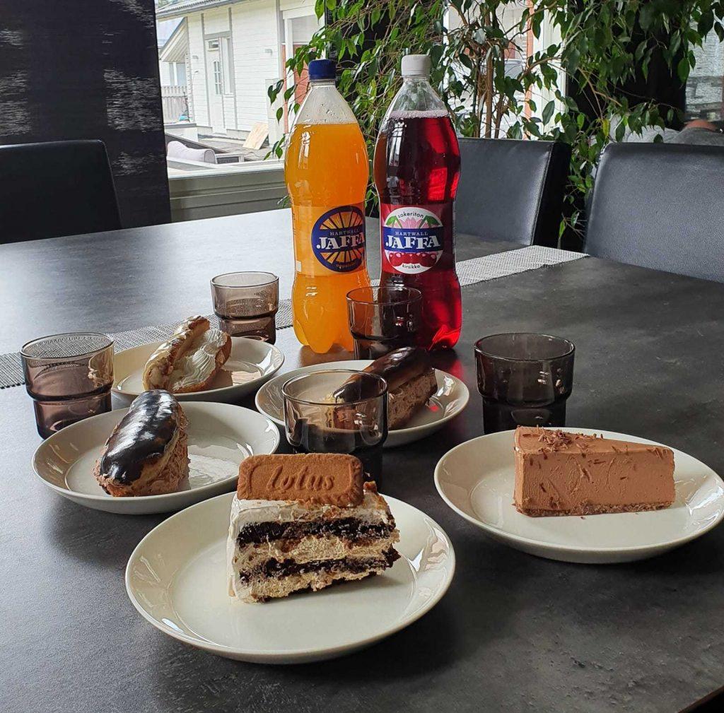 Kuvassa pöydällä leivonnaisia ja Jaffa-limua.  / Vuosikokous