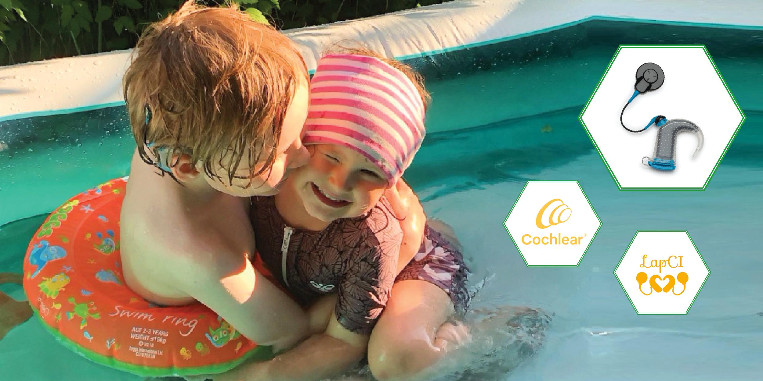 Kuvassa kaksi lasta leikkii vedessä, kuvioissa LapCI ry:n ja Cochlearin logot sekä Aqua+ -vesisuojus
