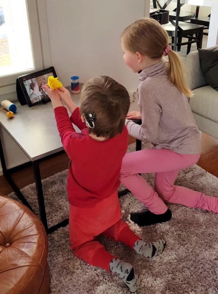 Kuvassa kaksi lasta läppärin äärellä seuraamassa ruudulta CIsumusaa