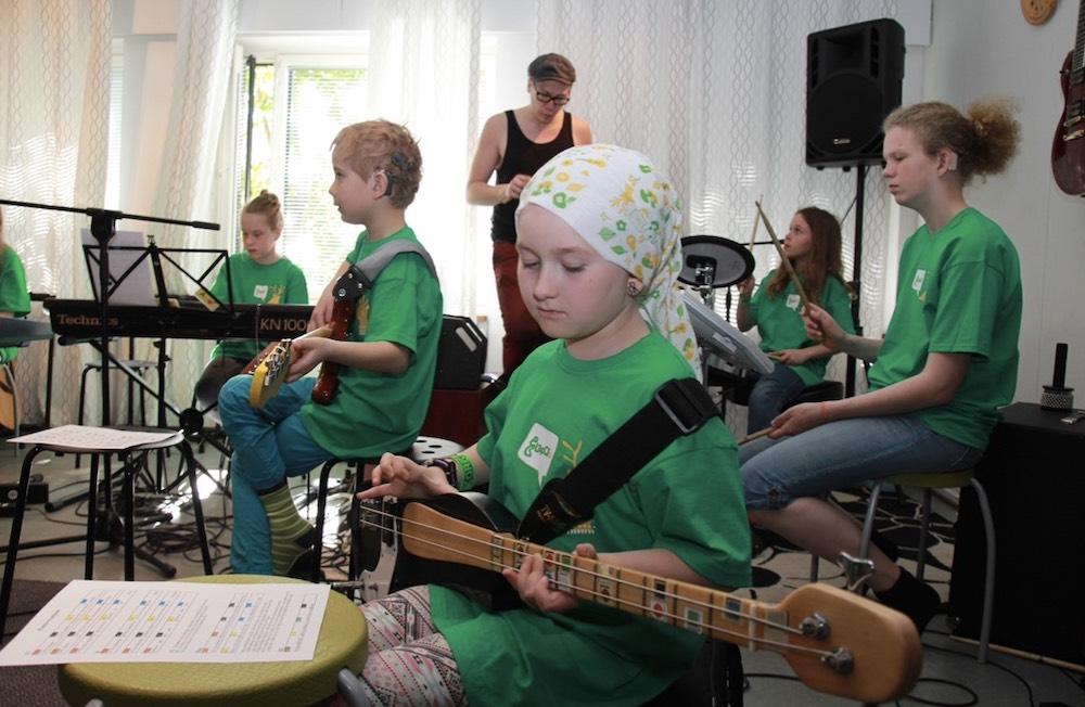 Kuvassa Musaleiriläisiä soittamassa bändissä