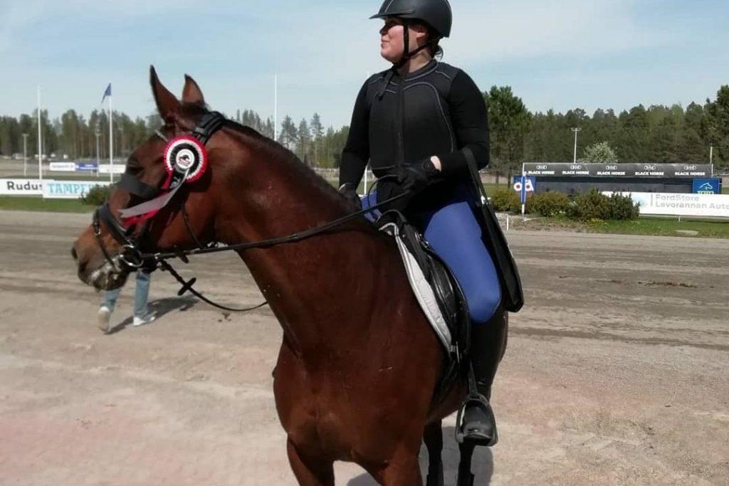 Kuvassa Katariina hevosen selässä